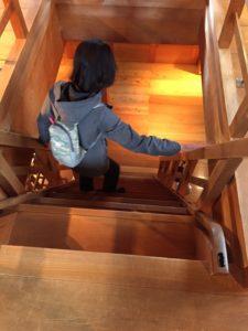 金沢城の武器庫の階段をへっぴり腰で降りる名古屋のリンパドレナージュサロンのセラピストのみほさんの様子